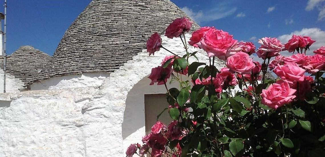 Trulli Holiday Resort trulli met roze rozen