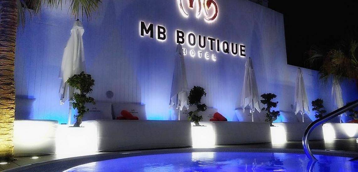 MB Boutique Hotel zwembadje by night