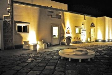 Borgo Pantano entree met plein by night