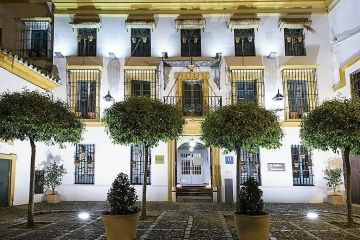 Hospes Baeza entree by night